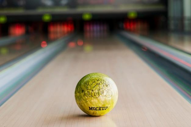 Alto angolo di palla da bowling sulla corsia Psd Gratuite