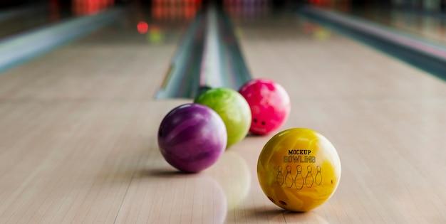 Alto angolo di palle da bowling sulla corsia Psd Gratuite