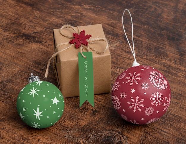 Globi e regalo di natale di alto angolo Psd Gratuite
