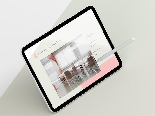 Tablet moderno ad alto angolo con mock-up dello schermo Psd Gratuite