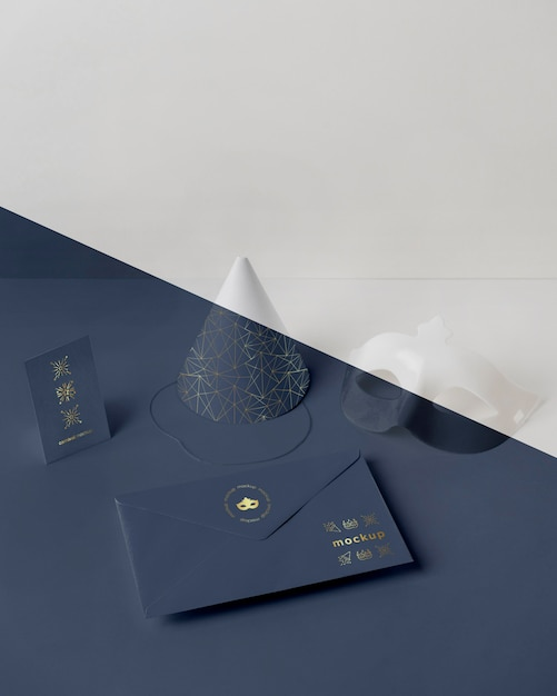 콘과 마스크와 봉투에 카니발 초대장의 높은 각도 무료 PSD 파일