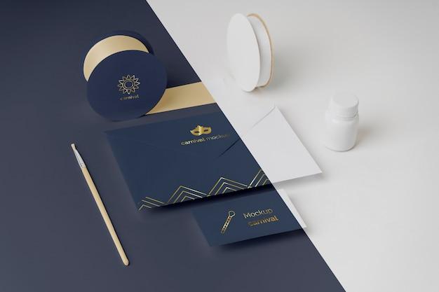 테이프와 페인트 브러시로 봉투에 카니발 초대장의 높은 각도 무료 PSD 파일