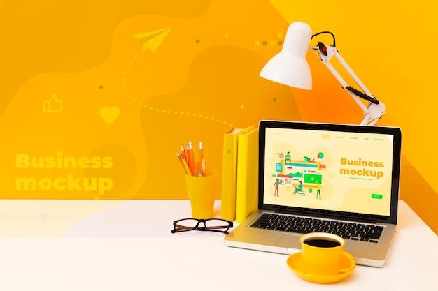 노트북 및 램프와 책상의 높은 각도 무료 PSD 파일