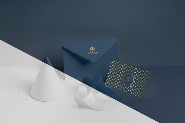 封筒とコーンのミニマルなカーニバルの招待状の高角度 Premium Psd