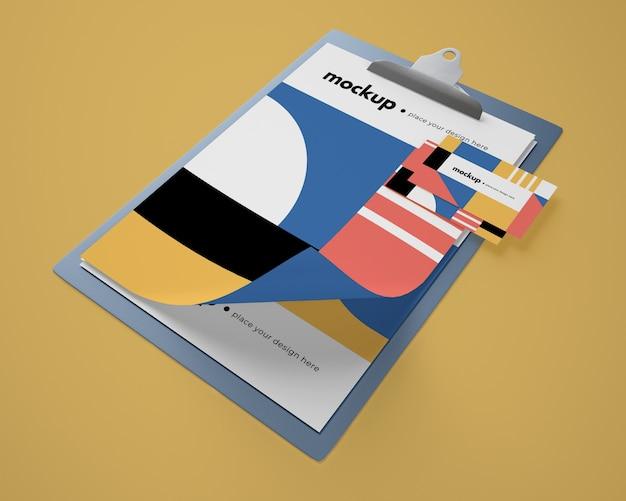 Высокий угол макета блокнота с геометрическим дизайном и картой Бесплатные Psd