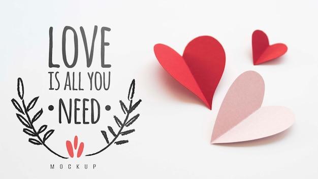 Высокий угол бумажных сердец с любовью сообщение Бесплатные Psd