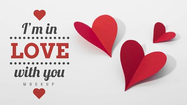 Высокий угол бумажных сердец с сообщением Бесплатные Psd