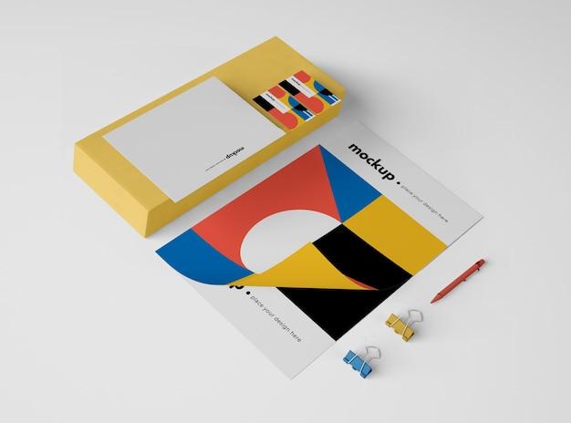 Большой угол бумаги с скрепками и ручкой Бесплатные Psd