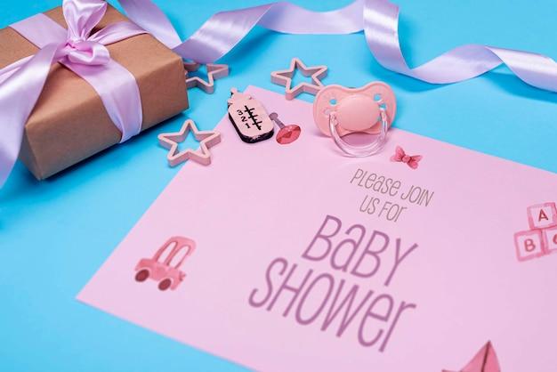 Высокий угол приглашения розового ребенка с подарком Бесплатные Psd