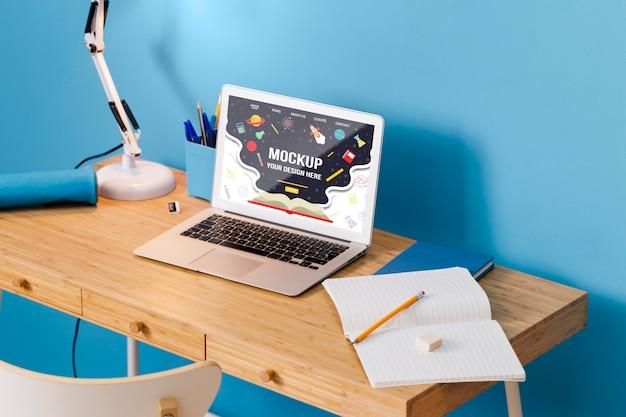 ノートパソコンを備えた高角度のスクールデスク 無料 Psd