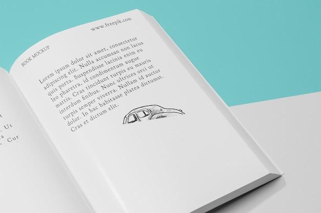 高角度の開いた本のイラスト付きモックアップ 無料 Psd