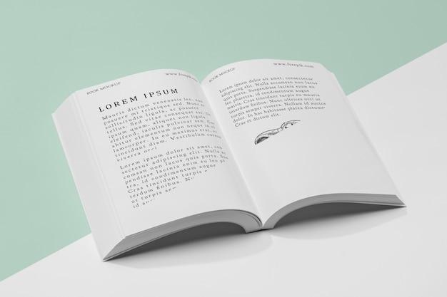 高角度の開いた本のモックアップ 無料 Psd