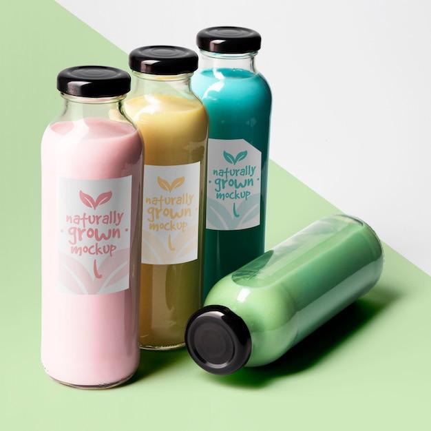 Alto angolo di selezione di bottiglie di succo trasparenti con tappi Psd Gratuite