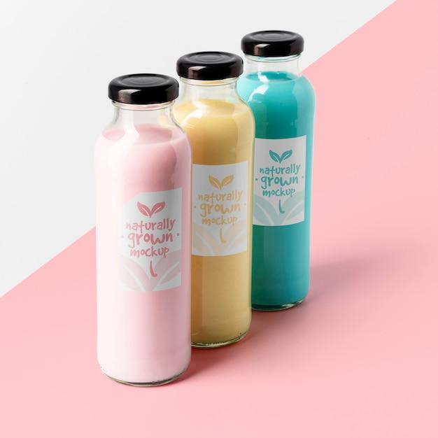 Alto angolo di selezione di bottiglie di succo trasparenti Psd Gratuite