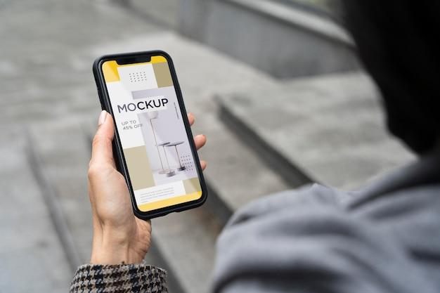 High angle woman holding phone mock-up Premium Psd