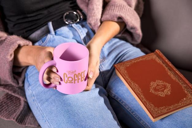 ピンクのマグカップを保持しているハイアングルの女性 無料 Psd