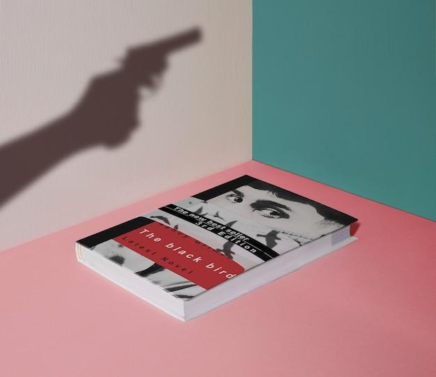 높은보기 범죄 책과 총의 실루엣 프리미엄 PSD 파일