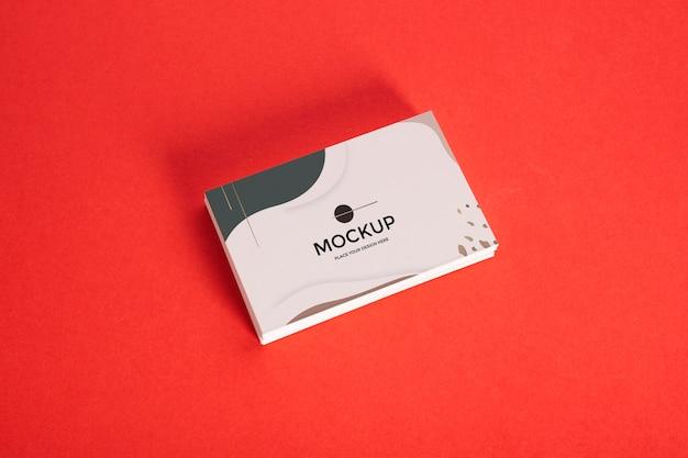 빨간색 배경에 비즈니스 카드의 높은보기 더미 무료 PSD 파일
