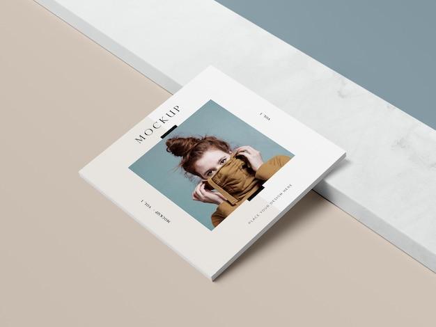 여자와 그림자 편집 잡지 모형을 가진 높은보기 광장 책 무료 PSD 파일