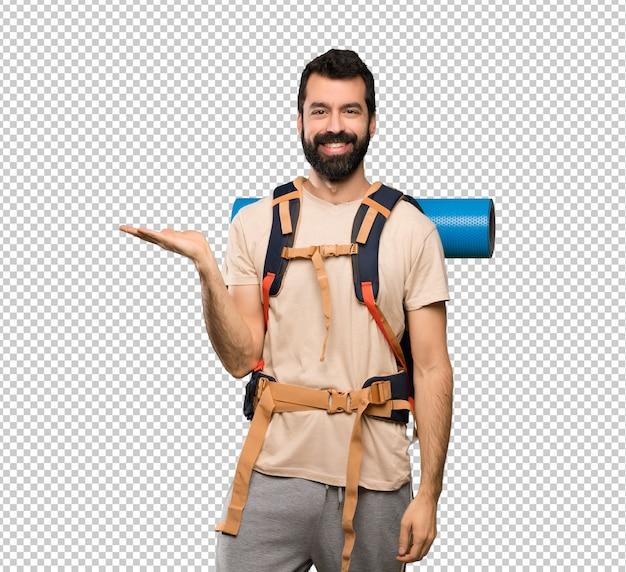 Hiker человек, держащий copyspace мнимой на ладони, чтобы вставить объявление Premium Psd