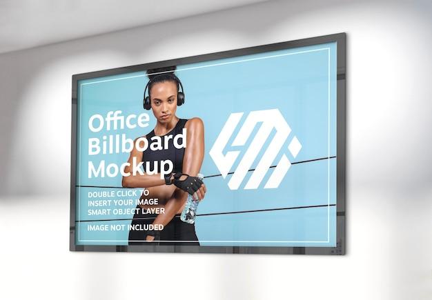 햇볕에 쬐 인 사무실 벽에 걸려있는 가로 광고판 모형 프리미엄 PSD 파일