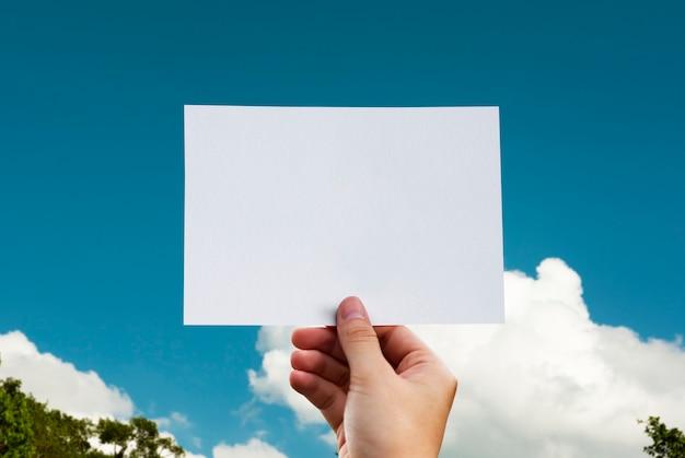 인간의 손을 잡고 구름 천공 된 종이 공예 자연 무료 PSD 파일