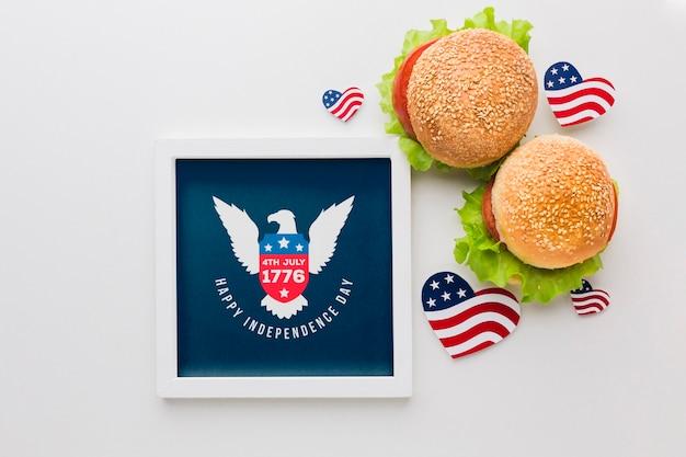 Cornice festa dell'indipendenza con hamburger Psd Gratuite
