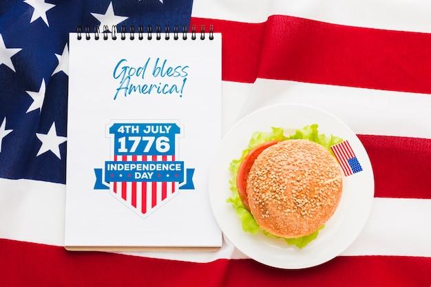 Saluto di festa dell'indipendenza con hamburger Psd Gratuite