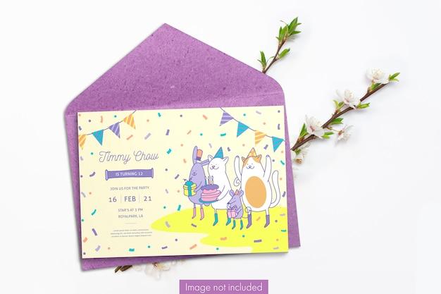 Carta di invito e busta in carta artigianale con rami di ciliegio Psd Gratuite