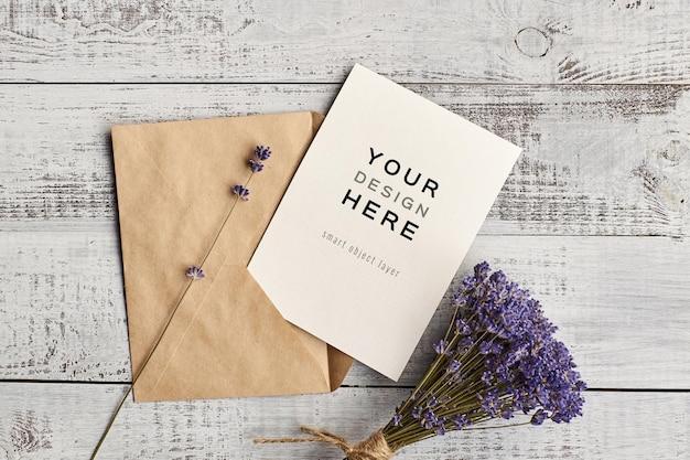봉투와 라벤더 꽃 꽃다발 나무 배경에 초대 카드 모형 프리미엄 PSD 파일