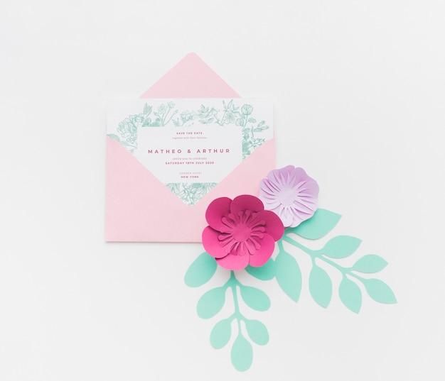 Modello dell'invito con i fiori di carta su fondo bianco Psd Gratuite
