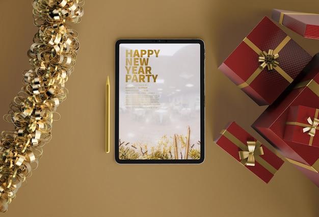 새해 선물이있는 ipad 모형 무료 PSD 파일