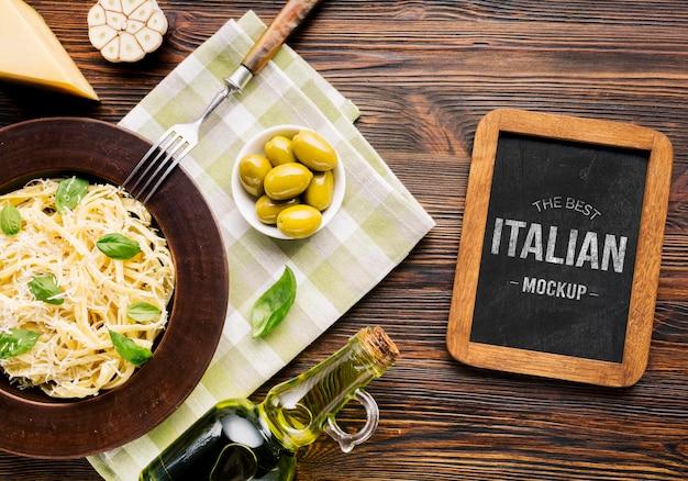 イタリア料理のモックアップパスタとオリーブ 無料 Psd