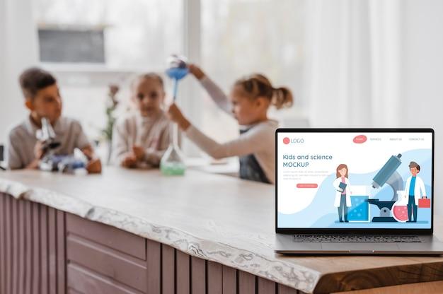 노트북 모형과 과학 수업의 어린이 무료 PSD 파일