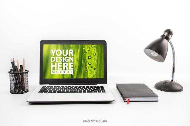 作業スペースのモックアップでのラップトップ Premium Psd