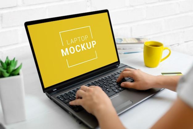仕事机の上のノートパソコンのクローズアップのモックアップ Premium Psd