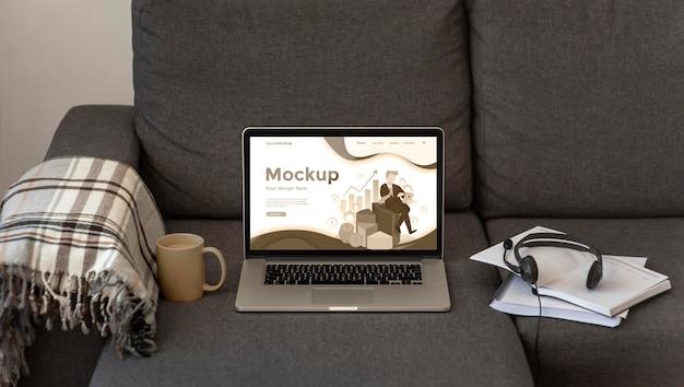 회색 소파에 노트북 모형 무료 PSD 파일