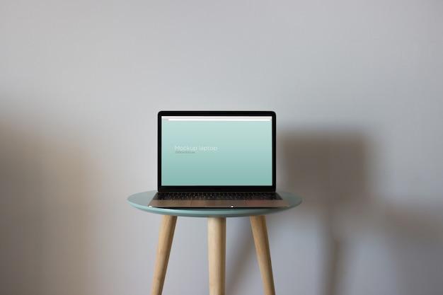 Макет ноутбука на круглом столе Premium Psd