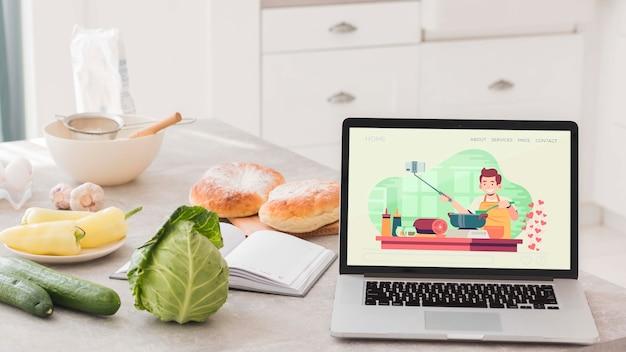 Ноутбук на столе в кухне Бесплатные Psd