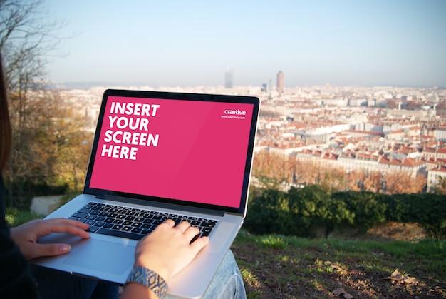 ノートパソコンの画面には、デザインのモックアップ 無料 Psd