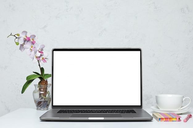 Laptop with blank empty screen Premium Psd