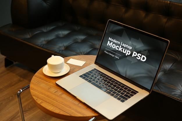 Ноутбук с кофе на круглом столе макет psd Premium Psd