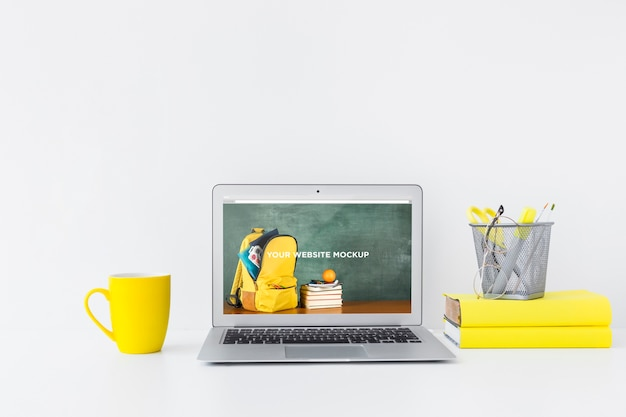 Laptop with mockup screen in clean and tidy workspace. education theme Premium Psd