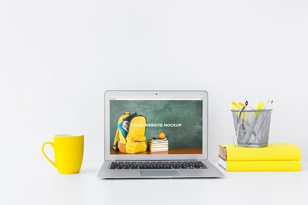 清潔できちんとしたワークスペースにモックアップ画面があるラップトップ。教育テーマ Premium Psd