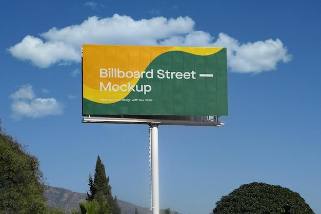 구름과 푸른 하늘에 대형 광고판 모형 무료 PSD 파일