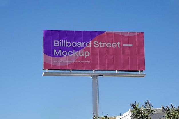 きれいな青い空に大きな看板のモックアップ 無料 Psd