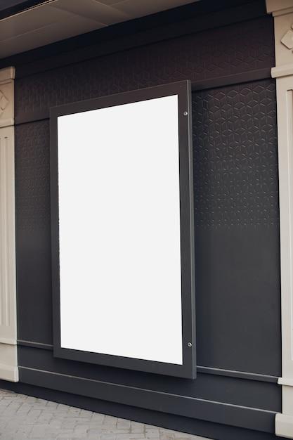 Grande cartello luminoso, cartellone è sul muro dell'edificio Psd Gratuite
