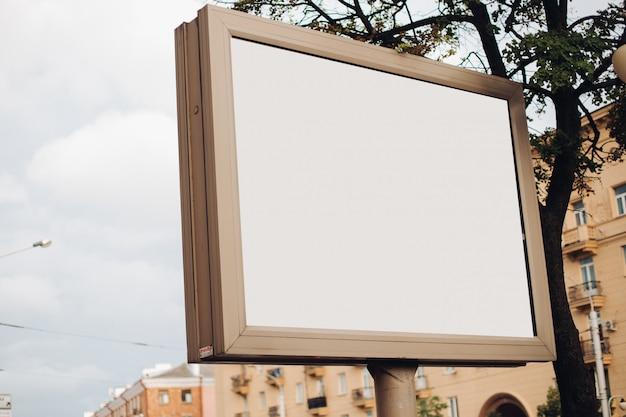 高速道路、通り、混雑した場所に沿って設置された屋外広告用の大きなシールド 無料 Psd