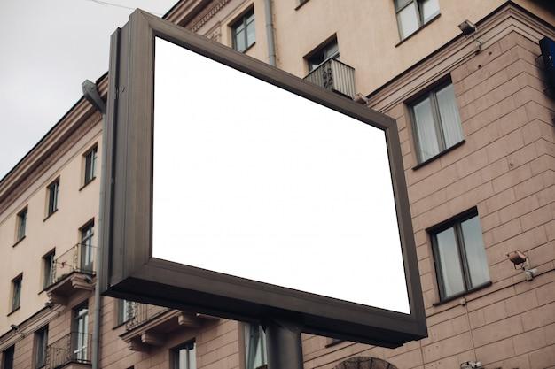 Grande scudo per pubblicità esterna, installato lungo autostrade, strade e luoghi affollati Psd Gratuite
