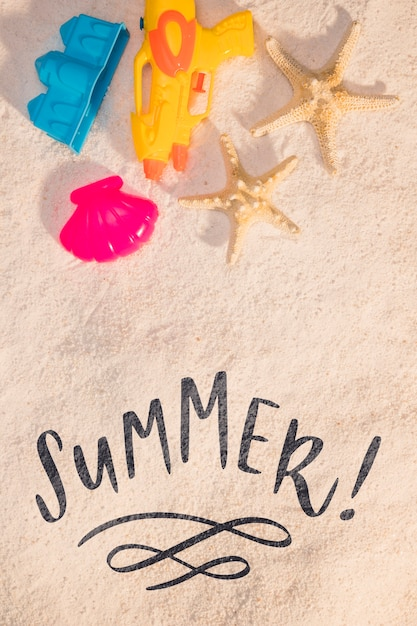 Lettering summer card with beach elements Free Psd